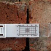 Szczelinomierz prosty jest przyrządem mierniczym stosowany do kontroli szerokości szczelin w murach.