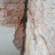uszkodzony mur ceglany, naprawy murów